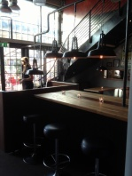 Høyt bord med lampeheng i stål